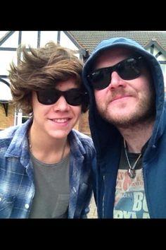 Harry's hair looks a little like Louis's