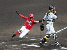 9月13日 T-C 6回、阪神・鶴岡(右)が送球する間に生還する広島・菊池=甲子園球場(撮影・森田達也) マエケンが単独トップ13勝「ひとつでも上の順位へ、投げる試合は全部勝つ」