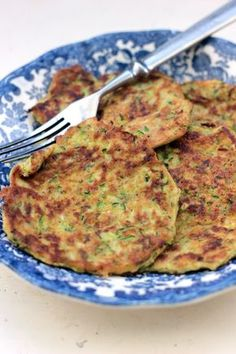 Zabkorpás cukkini tócsni - Kifőztük, online gasztromagazin Bacon Recipes, Veggie Recipes, Diet Recipes, Vegetarian Recipes, Healthy Recipes, Healthy Foods, Hungarian Cuisine, Hungarian Recipes, International Recipes