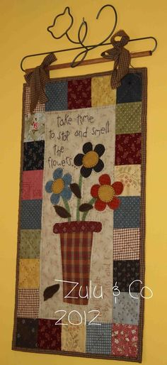 New flower quilting spring Ideas Mini Quilts, Small Quilts, Colchas Country, Country Quilts, Quilting Projects, Quilting Designs, Sewing Projects, Hanging Quilts, Quilted Wall Hangings