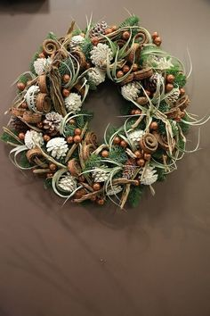 Make Christmas wreath - 65 inspirational ideas- Weihnachtskranz basteln – 65 inspirierende Ideen modern-christmas decorations-white-tap-branch-green - Pine Cone Art, Pine Cone Crafts, Wreath Crafts, Pine Cones, Holiday Crafts, Pine Cone Wreath, Diy Christmas Tree, Rustic Christmas, Christmas Projects