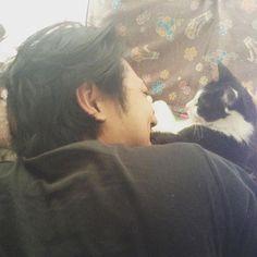 オカン、、ええ写メ撮ってくれたやないかい! #愛猫 #愛猫同好会 #愛猫家 #猫愛しすぎ病  #我が家の愛猫 #愛猫親バカ部  #愛し合う #ふたり #に見えて #実際は  #おぬこ様の下僕 #下僕は幸せです