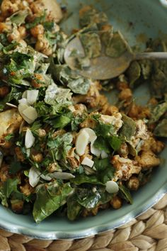 sałatka z pieczonego kalafiora z ciecierzycą i dressingiem tahini - mrspolkadot
