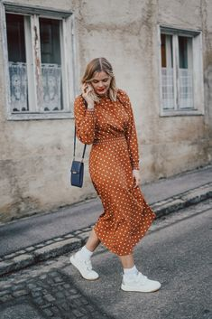 Parisian Chic, braunes Kleid, Punkte, weiße Sneaker kombinieren, Fashion, Fashionblogger, Frühlingslook, Seasons Of The Year, Elegant, Fashion Bloggers, What To Wear, Your Style, Cool Outfits, Outfit Ideas, Street Style, Dresses