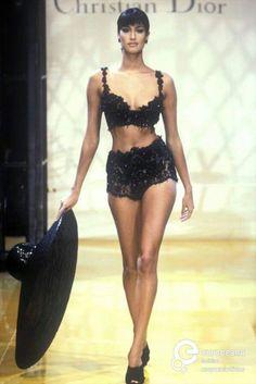 Christian Dior Runway fashion show Yasmeen Ghauri Look Fashion, 90s Fashion, Runway Fashion, Fashion Models, High Fashion, Fashion Show, Vintage Fashion, Fashion Scarves, Vogue Fashion