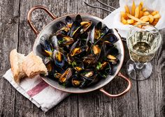 Moules -frites, Βέλγιο, Γαλλία, Βόρεια Ευρώπη Kitchen Time, Mussels, Wooden Background, French Fries, Fish And Seafood, Japchae, Pantry, Sushi, Sea Food