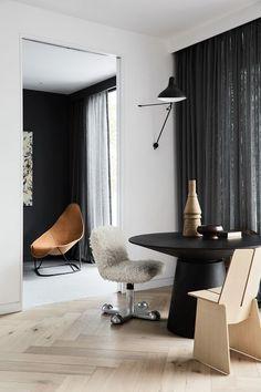 """Mörka och semi transparenta gardiner. För liknande uttryck rekommenderar vi Gotain linnegardiner i färgen """"granit"""". Upptäck hela sortimentet på www.gotain.com - Vi gör det enkelt att beställa skräddarsydda gardiner."""