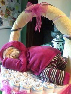 cesto di pannolini con accappatoio sul manico e tutina di ciniglia con  pannolini a forma di bimba