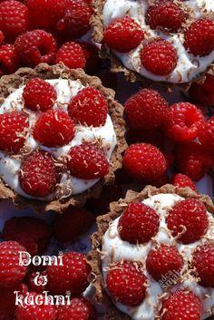 Przepisy kulinarne - Maliny na chmurkach w czekoladowych babeczkach