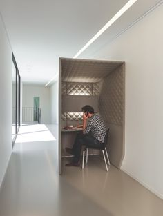 Cabine téléphonique pour open-space Buzzispace Plus Open Space Office, Office Space Design, Workspace Design, Office Workspace, Office Interior Design, Corporate Interiors, Office Interiors, Office Pods, Co Working