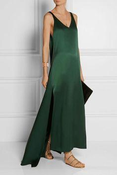 This minimalist emerald satin de soie sleeveless maxi dress looks so chic and comfortable. Classic yet so stylish by Rosetta Getty. Slep Dress, Look Fashion, Fashion Design, Gothic Fashion, Classy Fashion, Petite Fashion, French Fashion, Ladies Fashion, Hijab Fashion
