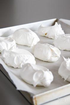 Franse meringues (knapperig schuim) - recept - Rutger Bakt Dutch Recipes, Baking Recipes, Sweet Recipes, Cake Recipes, Dessert Recipes, Caramel Bonbons, Meringue Recept, Baked Alaska, Sweet Bakery