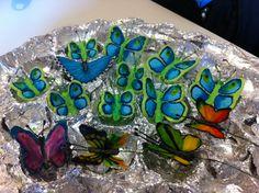 Le farfalle verdi e azzurre sono state realizzate, circa tre anni fa, con la ghiaccia reale seguendo un tutorial di italian cake designer.