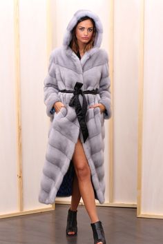 Sapphire Female Mink Fur Coat with hooks and button at the collar. Cappotto di Visone Femmina Zaffiro con gancetti e bottone al collo #elsafur #fur #furs #furcoat #coat #cappotto #peliccia #pellicce