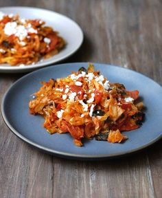 This quick and easy Pizza Stir Fry tastes just like pizza! Any pizza lover should try this yummy dish that can be made in a snap. Veggie Dishes, Tasty Dishes, Veggie Recipes, Food Dishes, Whole Food Recipes, Clean Eating Recipes, Healthy Eating, Cooking Recipes, Paleo Dinner