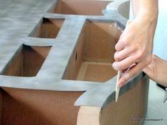 Revêtement Simili-cuir poney gris foncé utilisé pour décorer un meuble en carton. Facile à poser, et joli résultat ! Fabrication meuble en carton : tete de lit Halba - décoration simili-cuir