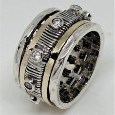 Inel argint 925- efect antistres prin rotirea verigilor peste butuc 2 verigi centrale de aur cu latime 1,2 mm latime inel 12 mm 10,7 grame Banda de aur este aplicata printr-o tehnica speciala peste lucratura din argint. Nu este placat .Este o banda aur 14k aplicata pe argint . Modelele sunt in serie limitata ,nu se pot aduce la comanda . Masurile in stoc sunt doar cele afisate in site . Rings For Men, Vintage, Jewelry, Men Rings, Jewlery, Jewerly, Schmuck, Jewels, Vintage Comics