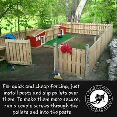 you have a yard that isn't fenced? Here's an easy way to build a temporary fence fast and cheap. Many buildings will let you have their pallets. If you own a large dog make the pallet fence 2 pallets high so they can't jump out. Do your whole yard or j Palette Deco, Dog Pen, Backyard Fences, Diy Fence, Fence Landscaping, Fence Gate, Fenced Yard, Pool Fence, Front Yard Fence