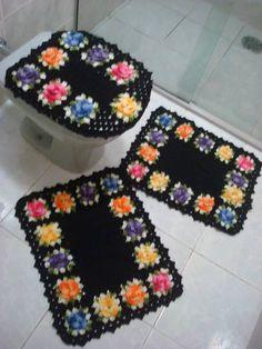 Jogos de tapetes para banheiro produzido manualmente em barbante de alta qualidade. Composto por 3 peças, sendo que pode ser acrescentado o porta papel higienico com acrescimo de 15,00. Pode ser produzido em várias cores.