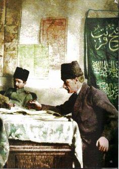 """Sağdaki bayrakta """"(Allah'tan gelen) fetih yakındır"""" yazmakta. (Saff Suresi,13.ayet) Ankara 1920"""