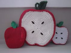 Apple Trivet & Potholder - free crochet pattern by Lien Lu. (This pattern is a modified version of Maria Bittner's Back-to-School Apple Coasters & Pouch) Crochet Apple, Crochet Fruit, Crochet Flowers, Potholder Patterns, Crochet Potholders, Craft Patterns, Crochet Home, Love Crochet, Crochet Gifts