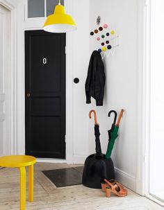 black entrance door, eames hang it all, yellow frosta Scandinavian Interior Design, Scandinavian Home, Hallway Inspiration, Interior Inspiration, Home Design, Frosta Ikea, Yellow Hallway, Monochromatic Room, Yellow Interior
