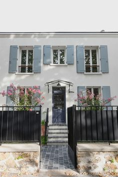 Abandoned house in Bagnolet comes back to life with renovations - Côté Maison Renovation Facade, French Country Exterior, Neoclassical Architecture, French Property, Dream Apartment, Facade House, Classic House, Elegant Homes, House Colors
