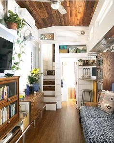 Small home renovation is an interesting idea. If you live in a small house with dark walls, you should choose lighter colors and simple motifs. There are many techniques to produce the interior of your small house to appear more spacious and designed. Cheap Tiny House, Tiny House Cabin, Tiny House Living, Tiny House Plans, Tiny House On Wheels, Tiny House Design, Small Living, Off Grid Tiny House, Tiny House Storage