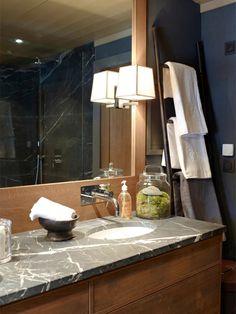 Long mirror frames in same material as cabinet. Bathroom Interior Design, Modern Interior, Building A Cabin, Powder Room, Master Bathroom, Home Furniture, New Homes, Ski Chalet, Countertop