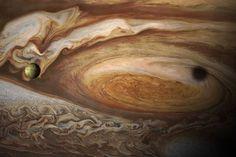 Jupiterin tuliperäinen kuu, Io, tanssin pyörteissä planeetan kuuluisan punaisen pilkun kanssa.