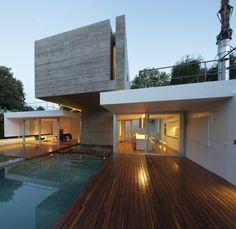 Nowoczesna forma i bryła luksusowej rezydencji Bunker House w Argentynie - zobacz jak wygląda ten nowoczesny dom i zainspiruj się! Drewniany taras i zaprojektowany tuż obok basen z wodą wchodzącą do wnętrza domu - bo nowoczesne projektowanie to nowoczesne niecodzienne rozwiązania. Zapraszam na bloga Pani Dyrektor na kolejny wpis z serii 'Wille marzeń' - zainspiruj się!