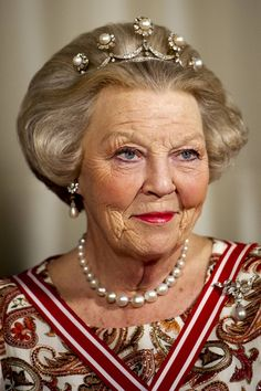 Queen Beatrix from The Netherlands. Tiara and the Star Tiara-the Pearl Button Tiara is a thin diamond band adorned with five pronts with detachable diamonds and pearl clusters; Royal Crowns, Royal Tiaras, Tiaras And Crowns, Royal Dutch, Queen Wilhelmina, Dutch Royalty, Casa Real, Royal Jewelry, Jewellery