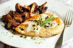 recetas navidenas pollo con salsa de roquefort Xmas Food, Empanadas, Mozzarella, Poultry, Baked Potato, Favorite Recipes, Chicken, Meat, Ethnic Recipes