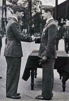 "Acting F/L Alan C ""Al"" Deere of No 54 Squadron RAF is presented with the DFC by King George VI at RAF Hornchurch on 27 June 1940. In just 5 days during actions in support of the Dunkirk evacuation, the New Zealander tallied 7 victories, plus 1 shared, 1 probable and 1 damaged. World War One, First World, Dunkirk Evacuation, Battle Of Britain, Fighter Pilot, Royal Air Force, Working Class, King George, Wwii"