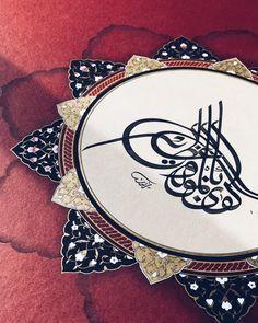#tezhip #gold #calligraphy #hatsanatı Islamic Art Calligraphy, Caligraphy, Alex And Ani Charms, Brooch, Jewelry, Jewlery, Jewerly, Brooches, Schmuck