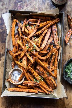 Oven baked sweet potatoes fries tossed in a garlic and herb butter. These fries are perfectly crisp and beyond addicting. And the real bonus here? They're pretty healthy Garlic Herb Butter, Garlic Parmesan, Sage Butter, Fried Potatoes, Roasted Potatoes, Baked Sweet Potatoes, Sweet Potato Oven, Sweet Potato Crisps, Potato Fry