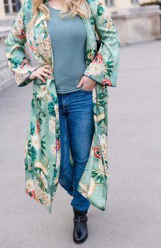 Outfit - grüner Zara Kimono mit Blumenprint - YSL Tasche und Booties - mehrlagige Ketten - Boho Ketten - Kette Buchstabe - JOY Gravur - mehrreihige Kette Zara, Pastel Pink, Pink Flowers, Kimono Top, Boho, Outfits, Women, Fashion, Ysl Bag