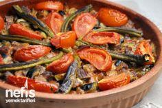Şehzade Kebabı Tarifi      1 kg kuşbaşı dana eti     5 adet patlıcan     2 adet kuru soğan     4-5 adet yeşil biber     5-6 diş sarımsak     karabiber     pul biber     1 yemek kaşığı domates salçası     2 adet domates     sıvı yağ     tuz