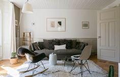Art & Mañas » Sofá gris, alfombra beni ourain, eames de sillas auxiliares…