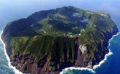 Aogashima, Japão - Aogashima é uma ilha vulcânica localizada a 200 quilômetros da costa de Tóquio. Ainda mais surpreendente do que a vista é sua geografia - há um minivulcão bem no meio da ilha