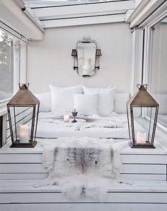 Upea valkoinen terassi on kuin olohuoneen jatke. #etuovisisustus #ulkotila #terassi
