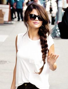 No time and no tools? Go for a simple side braid that even Selena Gomez rocks regularly Selena Selena, Fotos Selena Gomez, Selena Gomez Style, Selena Gomez Long Hair, Selena Gomez Hairstyles, Hair Dos, My Hair, French Twist Hair, French Braids