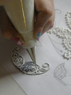 Royal icing lace decorations - (smb: do this with calking for permanent craft embellishments. Royal Icing Piping, Icing Frosting, Cake Icing, Cupcake Cakes, Royal Frosting, Cake Decorating Techniques, Cake Decorating Tutorials, Cookie Decorating, Dessert Oreo