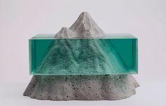 Le sculture di vetro di Ben Young devono essere esplorate, la luce che attraversa il vetro rende la scultura diversa ogni volta, l'opera è in continua evoluzione.