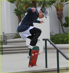 Justin Bieber Goes On Tweet Spree After Boarding In Los Angeles: Photo #880296. Justin Bieber shows off his new skills on his skateboard outside the courthouse in Los Angeles on Friday afternoon (October 16).    The 21-year-old