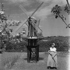 Zeeland 1950,  vrouw in klederdracht naast miniatuur molen Collectie Stadsarchief Amsterdam #Zeeland #Walcheren