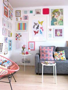 Update Wohnzimmer, Tags Ikea + Bücher + Bilderwand + Holzkiste + Tabletts + Acapulco Chair + Vintage Kissen + Klemmlampe