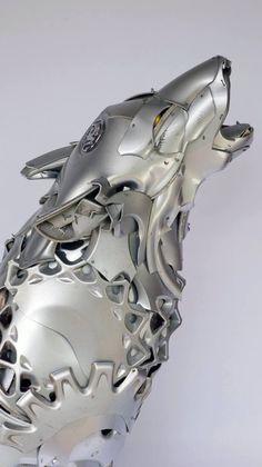 Artista Ptolemy Elrington usa calotas de carros para criar incríveis esculturas de animais