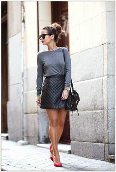 look casual: saia de couro em matelassê, t-shirt mescla, salto alto e penteado descontraído. Adorei!