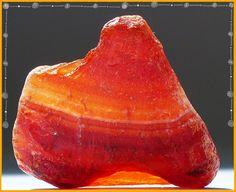 Cornalina en bruto   La Cornalina es una de las piedras más apreciadas de la familia de la Calcedonia. Esta Agata rojo-naranja está compue...